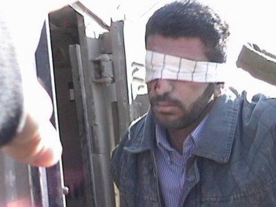 إعتقال رجل فلسطيني بعد تعرّضه للضرب وعصب عينيه