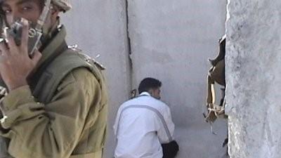 إعتقال رجل فلسطيني على يدّ جندي إسرائيلي